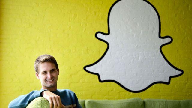 фото на фоне логотипа приложения